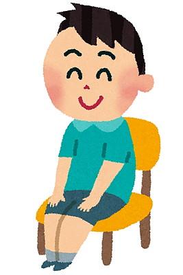 椅子に座る子供